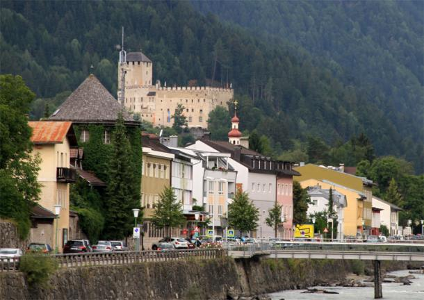 Вид на город и замок Брук