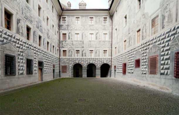Замок Амбрас внутренний двор с фресками