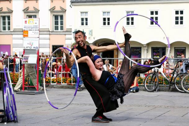 Выступление клоунов на фестивале уличного искусства в Линце Австрия